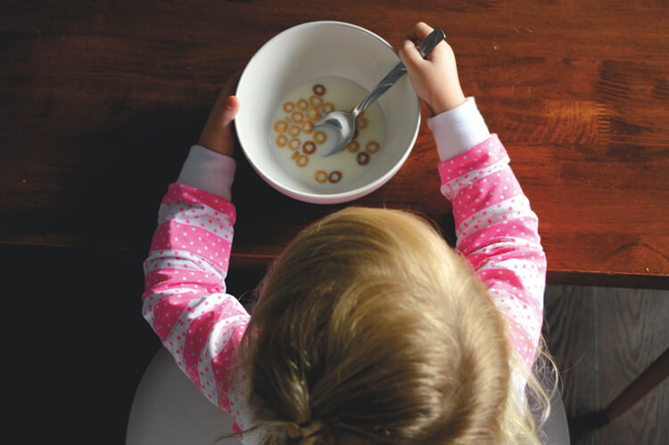 子供がシリアルを食べている写真